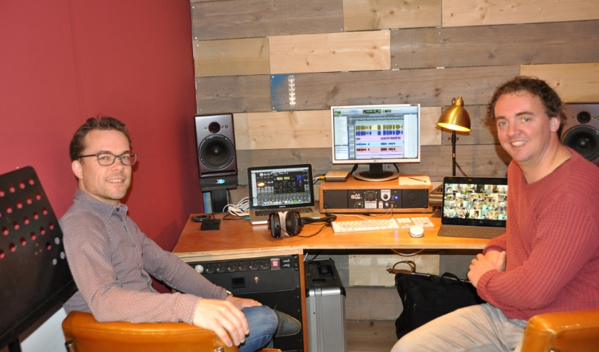 Jan van Schaijk en Jaap Firet in de geluidsstudio van Jaap in Bilthoven. 'Ik moest 60 audiosporen gelijk laten lopen.' (foto: Julie Houben)