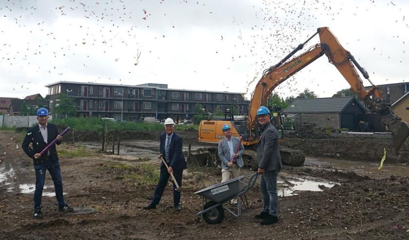 Feestelijke 'aftrap' voor de start van de bouw van nieuwbouwproject 'Dam fase 2' in Strijen.