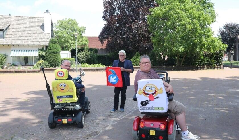 Bestuurders Piet Cuppen (l) en Dennis Joppe (r ) en initiatiefnemer Peer Maas showen de 'Scootsee'.
