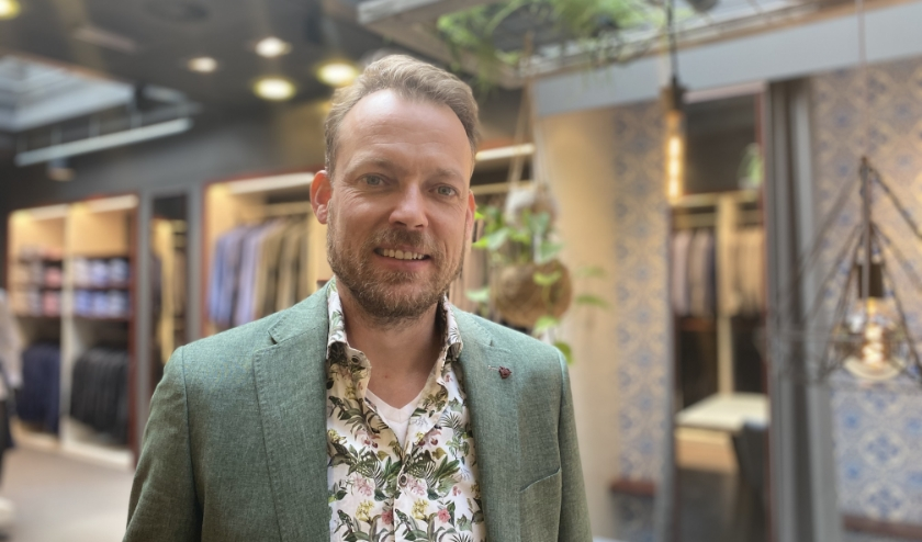 Arjan Steendam laat zijn  winkel zien.
