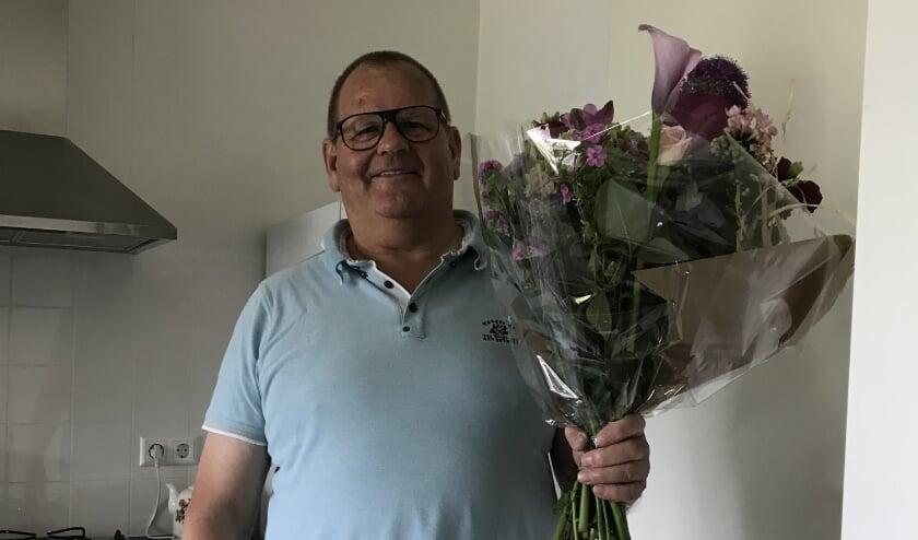 Wouter Westhuis kreeg bloemen, omdat bij hem de 200ste aansluiting werd uitgevoerd.