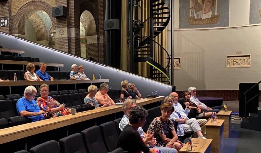 In de tijdelijke opstelling van de theaterzaal is er voor iedereen een tafeltje.