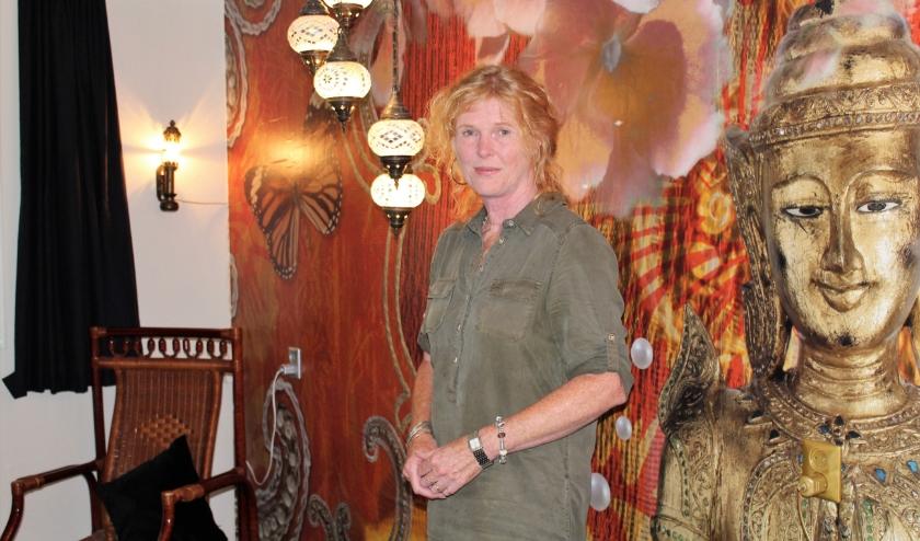 Jannie Bouma in een van de sfeervolle kamers van haar B & B Janz in Capelle aan den IJssel. (Foto: Annemarie van der Ploeg)
