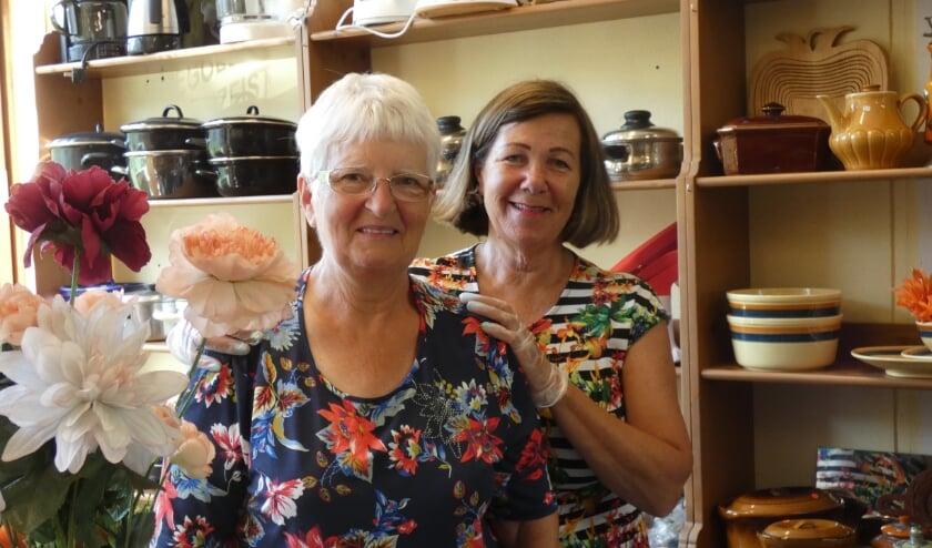 Julia Fonteine en Ria de Gier in 'het winkeltje' van de Weggeefwinkel.