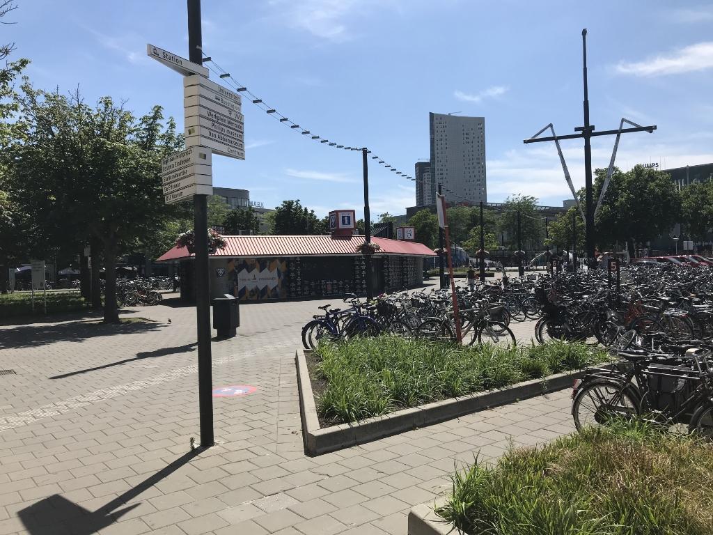 De fietsenstalling en het voormalige VVV-kantoor maken plaats voor het plan District E. (Foto: Martina Roovers). Foto: Martina Roovers © DPG Media