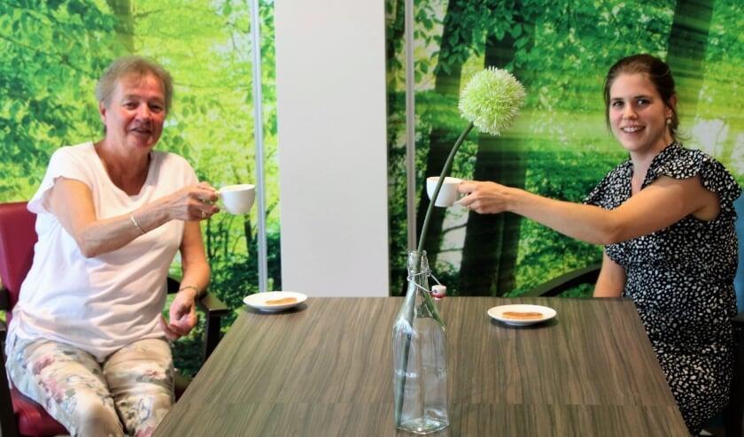 Vrijwilliger Hennie Smit en coördinator Jenet Brons-Bonestroo 'toosten' alvast op de heropening van WOC Binnenhof en WOC Veluwse Heuvel per 1 juli.