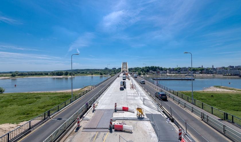 Nieuw asfalt op Waalbrug Nijmegen