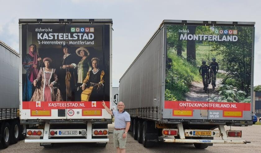 Bestuurslid Rob Vister van stichting Kasteelstad tussen de reclamevrachtwagens. (foto: PR)