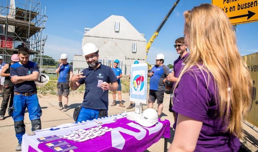 Het CNV-zomerteam deelt gezonde ijsjes uit op de bouwplaats van Roosdom Tijhuis in nieuwbouwwijk Schuytgraaf.