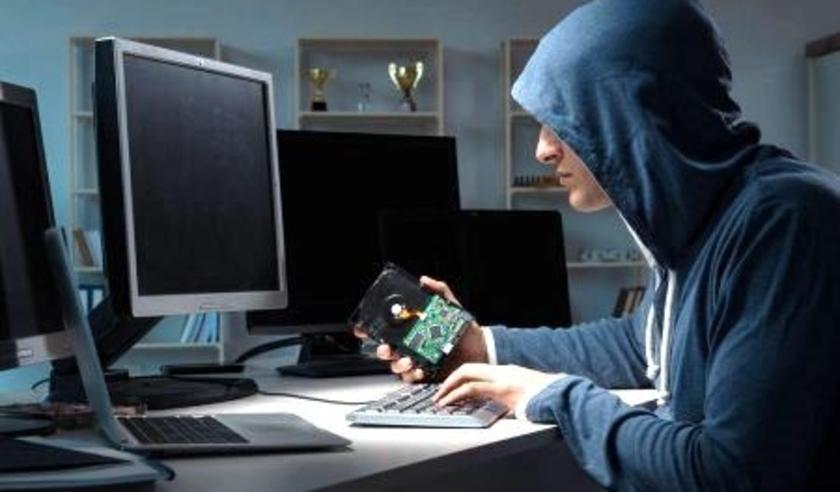 De internetboef zit op zijn zolderkamertje en zit in jouw computer of hij belt of Whatsappt jou met de bedoeling jou flink te beroven.