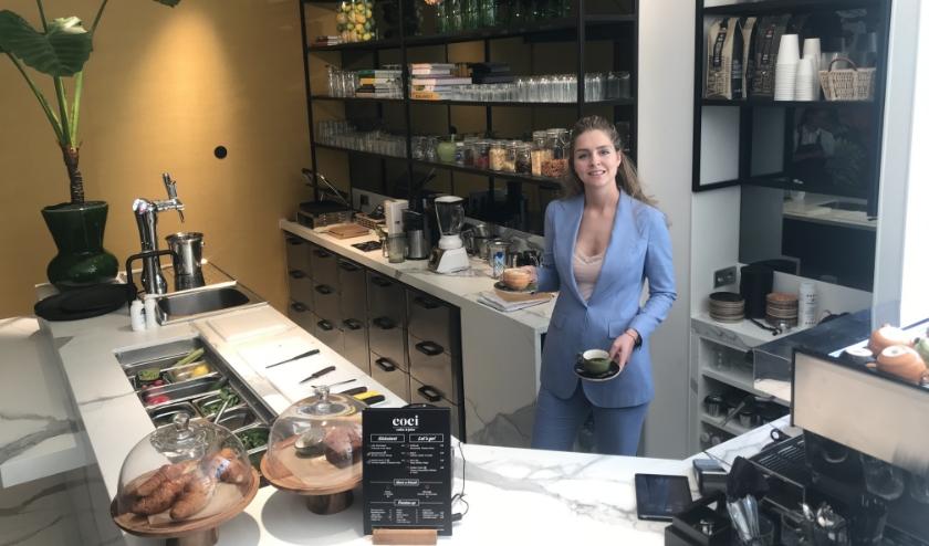 Chrissy van der Valk in de nieuwe Coci Bar. ''Afgeleid van cozy - knus en gezellig - staat deze bar voor het Healthy concept.'' (foto: Marco Jansen)