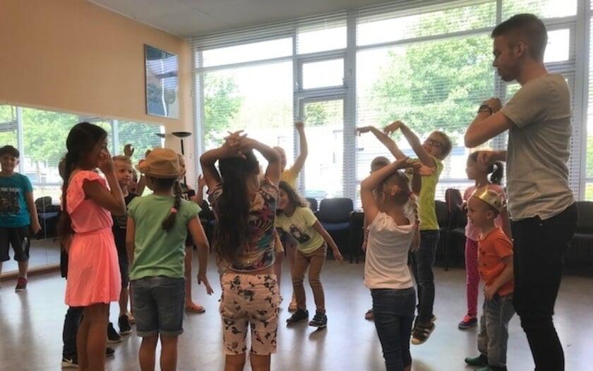De lessen bestaan uit allerlei activiteiten rondom taal, zoals theaterlessen, muzieklessen, kooklessen, verhalen schrijven over de coronatijd en 21-eeuwse vaardigheden.