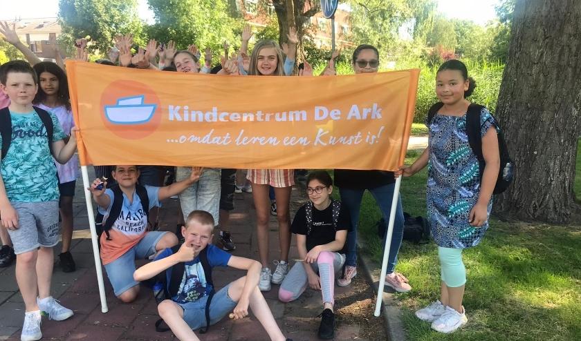 De leerlingen van groep 8 van De Ark liepen vorige week, op eigen initiatief, de wandelvierdaagse en dat ging niet ongemerkt voorbij in de Holy. Foto: De Ark