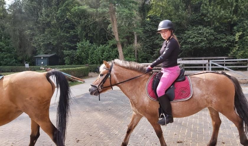 Joyce uit Capelle zit op paardrijles, mede dankzij het Jeugdfonds.