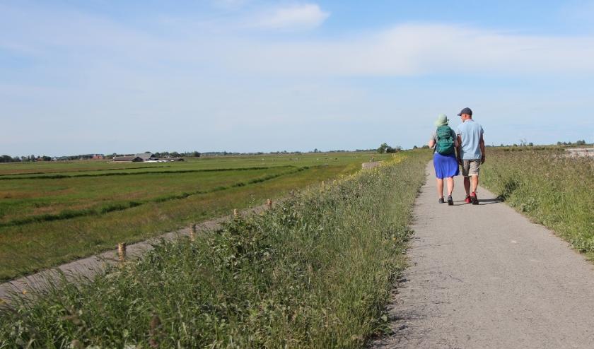 Wandelaars op de Uitdammerdijk bij Durgerdam.