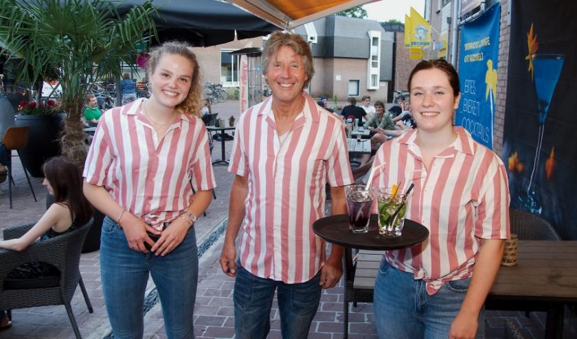 Het  team van De Pannekoekenbakker is er klaar voor om gasten te ontvangen op het avondterras. (Foto: Gert Perdon)
