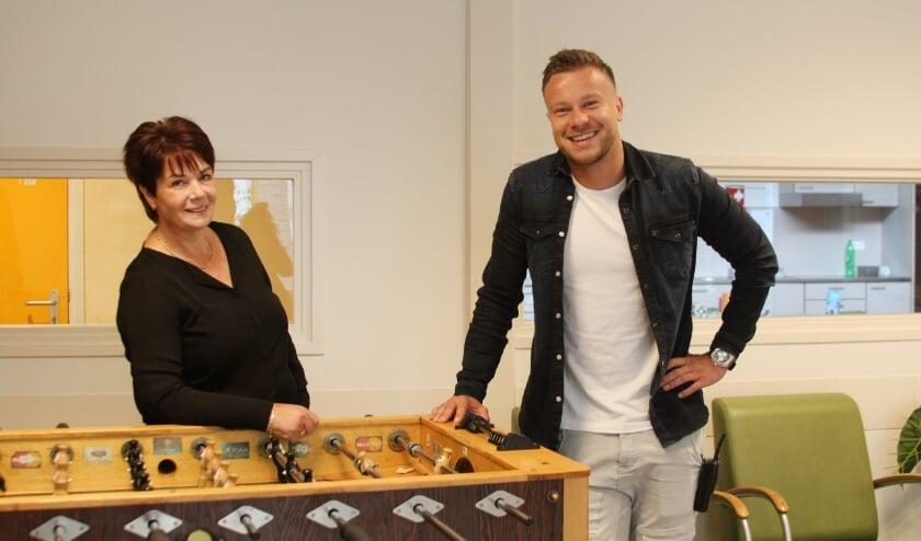 Jeroen Blank (rechts) samen met collega Caroline Smulders. Jeroen: 'Zelf ben ik ook niet rimpelloos door het leven gerold.' (Foto: Neos).