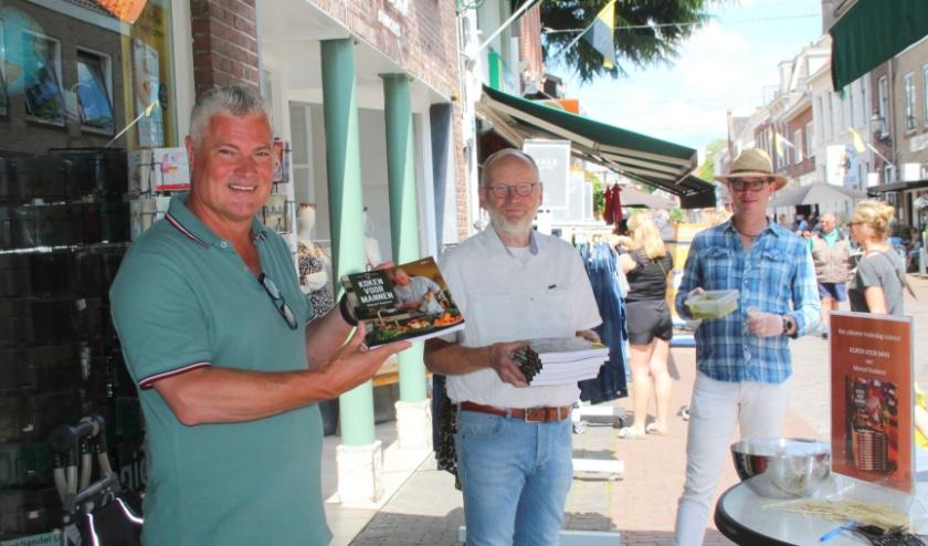 Marcel Voskens presenteerde zaterdag bij boekhandel Logica zijn eerste 'Kookboek voor mannen' met heerlijke, simpel beschreven gerechten. Ook voor keukenprinsessen in spe. (Foto: Lysette Verwegen)