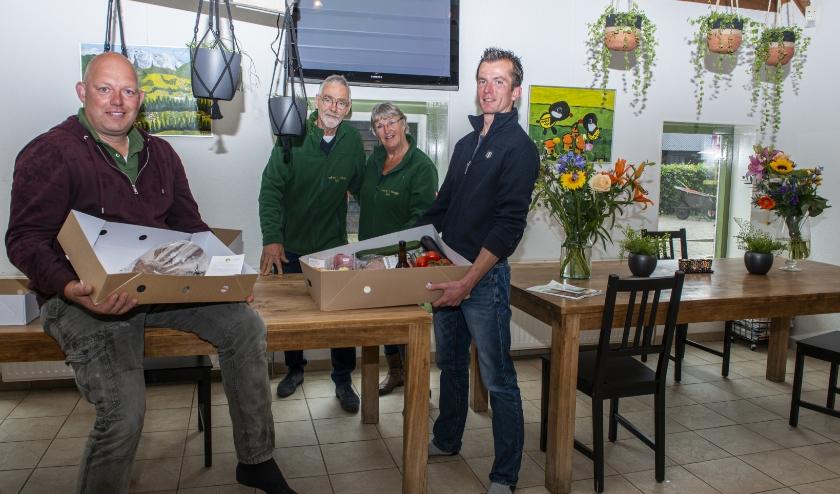 Imkerij 't Haagje uit Epe gaf onlangs een zogeheten Boerbox (Uit Veluwe) weg aan Zwier van der Weerd en Erik Braat van De Boerderij in Oene.