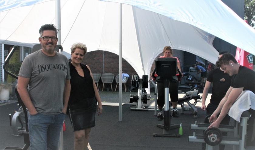 In de tent bij Racketcentrum Kapelle wordt goed gebruik gemaakt van de mogelijkheid om te sporten en te fitnessen. Harold en Jacqueline én hun klanten zijn blij en enthousiast. FOTO: Leon Janssens