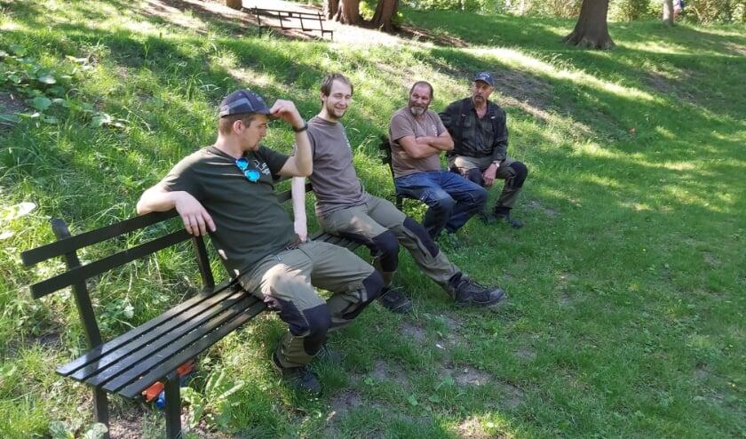 Gerrit den Besten en drie 'bolwerkers' die de Stadswallen onderhouden. Op verzoeken wilden ze best even plaatsnemen op de Virieubankjes.