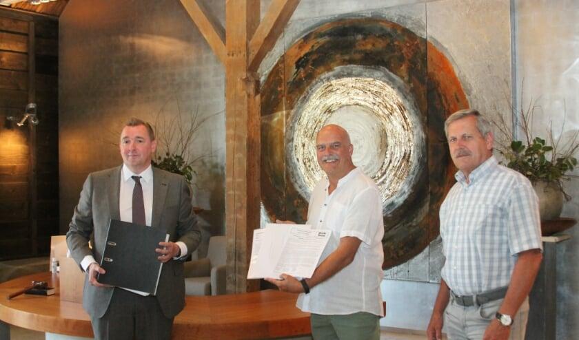 Burgemeester Gerben Dijksterhuis, Gert-Jan van Riet en Jan Paauwe bij de overhandiging van enquête en handtekeningen. FOTO: Leon Janssens