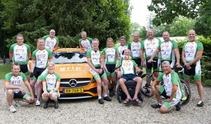 Het op één lid na voltallige Team Ingo-Grip kort voor de rit op 14 juni. In het midden in de rolstoel Ingo Bouman.