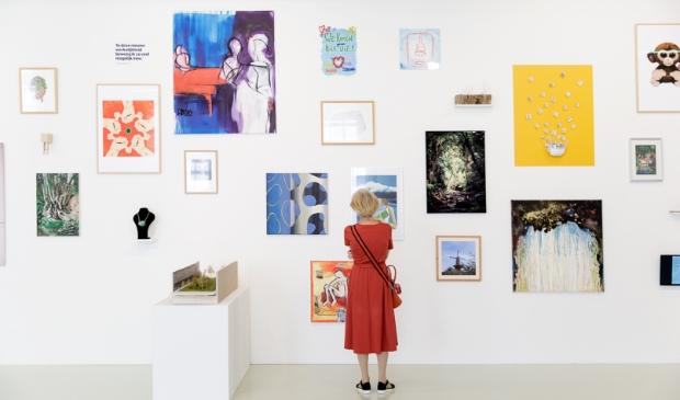 Bezoekers bij Troostkunst uit Schiedam en werk van Margi Geerlinks. Foto: Aad Hoogendoorn © DPG Media
