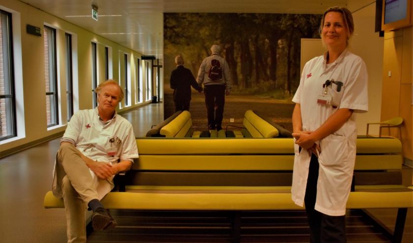 Het Jeroen Bosch Ziekenhuis is volledig coronaproof gemaakt. In de wachtkamer zijn stickers aangebracht om aan te geven waar mensen wel of niet kunnen zitten, zodat de anderhalve meter altijd gewaarborgd is.