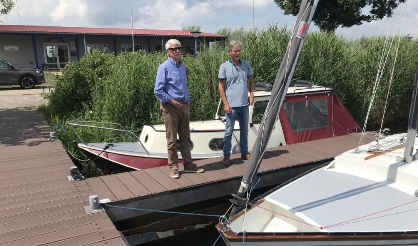 Voorzitter Wiert Omta (links) en secretaris Martin van Leussen vrezen voor de toekomst van Watersportvereniging Ermelo als de ambitieuze plannen voor Strand Horst worden doorgezet. (foto: Marco Jansen)