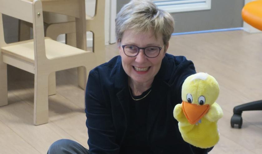 Lidia Olsthoorn met Kwakkelijntje, de handpop waar ze de kinderen mee begroet.