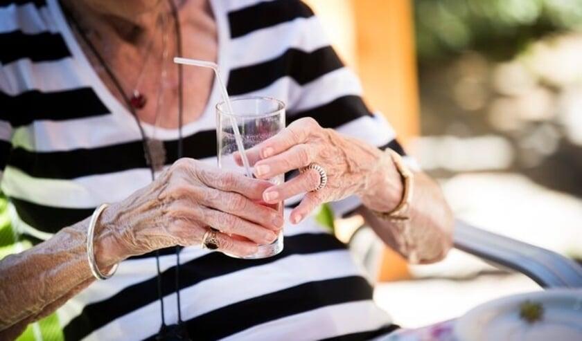 Het is juist voor ouderen en chronisch zieken belangrijk tijdens warme dagen voldoende te drinken, lichter te eten en rust te houden