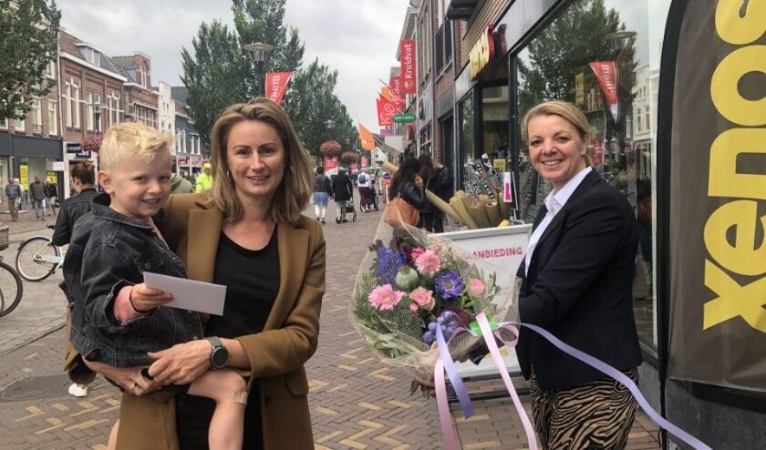 Nicolien Jacobsen werd verrast door Anneloes van Rooijen van Winkelstad Veenendaal. (Foto: PR)