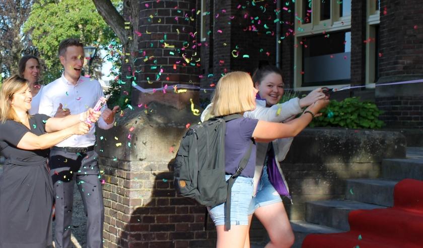 Leerlingen van het Montessori College Arnhem knippen op 2 juni een lint door en hebben daarmee de school officeel heropend na 11 weken thuisonderwijs vanwege het coronavirus.