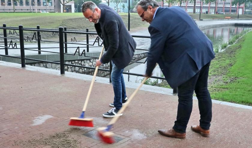 Wethouder Erik de Vries en Gerrit Kamp van aannemer Mourik Groot Ammers .