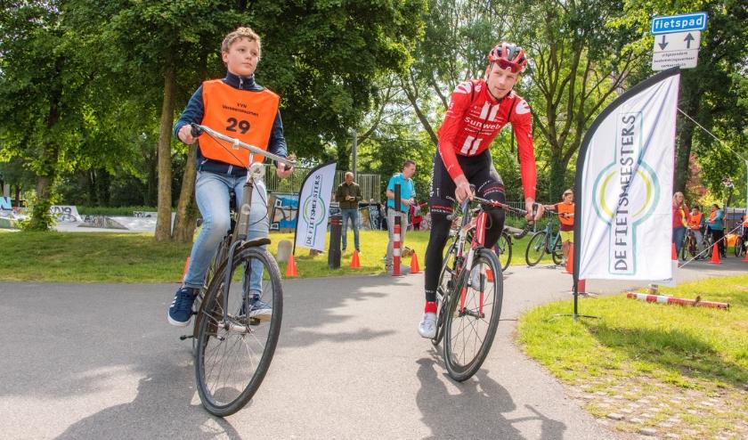 In aanwezigheid van Martijn Tusveld, professioneel wielrenner bij Team Sunweb, gingen de leerlingen van start. Foto: Ankie Hogewind