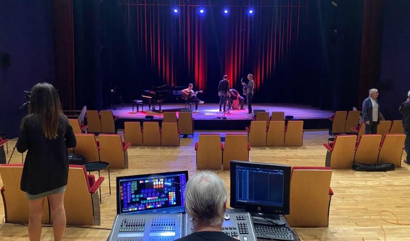 Opnames van nummers voor de TheaterThuisChallenge in de theaterzaal.