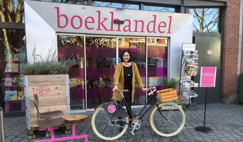 Margreet de Haan van Boekhandel 't Spui in Vlissingen met de Boekfiets: CO2 neutraal bezorgen. Foto: Boekhandel 't Spui