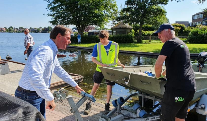 Wethouder Paul Boogaard laat de boot van de Buitendienst te water. (Foto: gemeente Hoeksche Waard)
