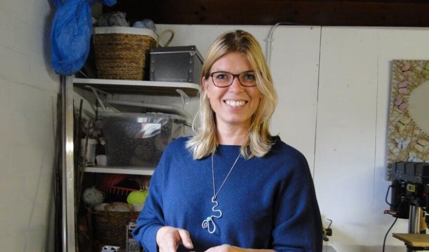 Sabine van Nieuwenhoven in haar hobbyschuur aan de Landuwerweg. (Foto: Leo Polhuijs)