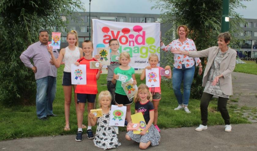 Geen einddefilé, maar toch een klein feestje op het Podium: de organisatie van de Avondvierdaagse zette de winnaars van de kleurwedstrijd in het zonnetje. (Foto: Lysette Verwegen)