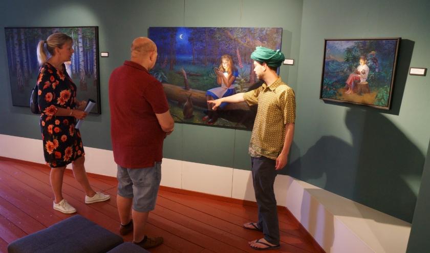 Daniel Douglas (rechts) geeft in het museum uitleg over zijn werk aan enkele bezoekers. (Foto: Voerman Museum Hattem)