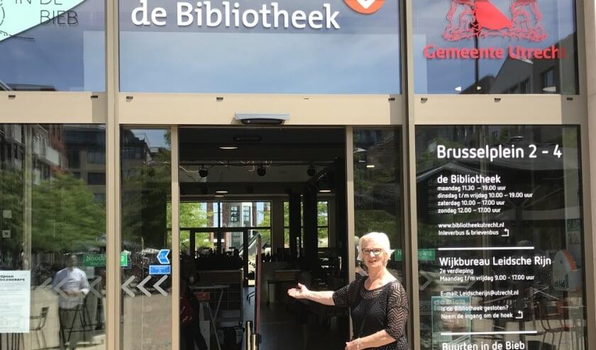 Vrijwilligster Bella van der Linden voor de ingang van de Bibliotheek in Leidsche Rijn. (Foto: Roberto Cancian)