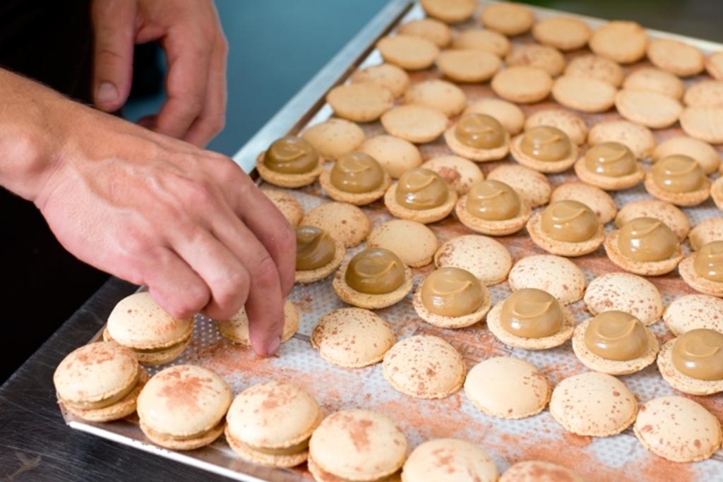 Met veel zorg worden de macarons bij Tout Patisserie gemaakt. Vanaf nu dus met Zeeuwsche Zoute erin! Fotocredit: Patricia Borger Fotografie Foto:  © DPG Media