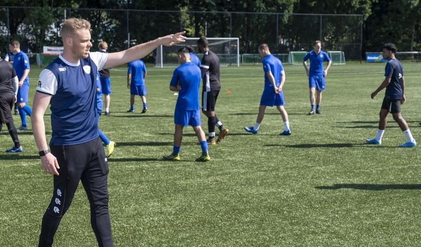Roy Brinkman instrueert zijn nieuwe team. (Foto: Wijntjesfotografie.nl)