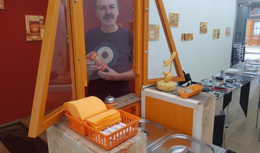 Jan-Hein van Melis in galerie Luycks, achter één van de objecten uit zijn fictieve Morena-wereld. Foto: Gerard Sanberg