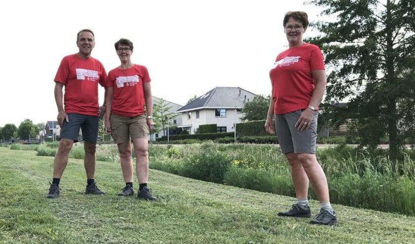 De fanatieke wandelaars Alda Nijkamp, Wim Nijkamp en Jenny Drijer doen mee aan de actie Wandel corona de wereld uit.