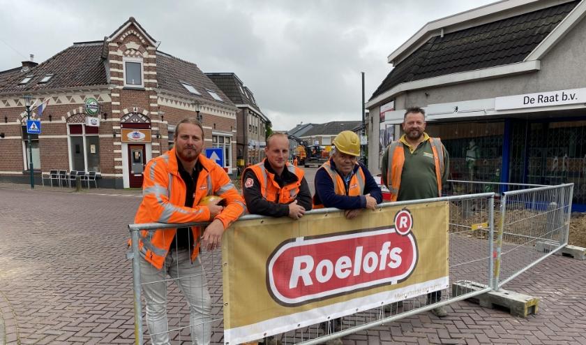 Het team van Roelofs stond maandagmorgen in de startblokken om het werk in de Spoorstraat te beginnen. (foto: Karin van der Velden)