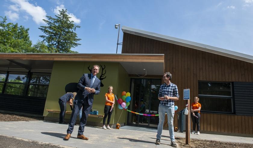 De Eper wethouder Erik Visser mag de officiële openingshandeling verrichten van het nieuwe toiletgebouw.