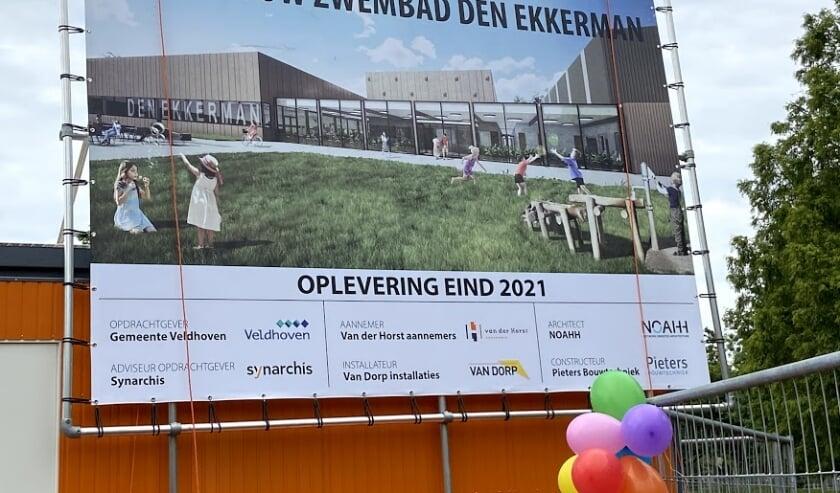 <p>Paul Prinsen: &#39;Het grote bouwbord bij de bouwplaats spreekt van &#39;nieuwbouw zwembad Den Ekkerman&#39; en tevens op de art impression&#39;. </p>